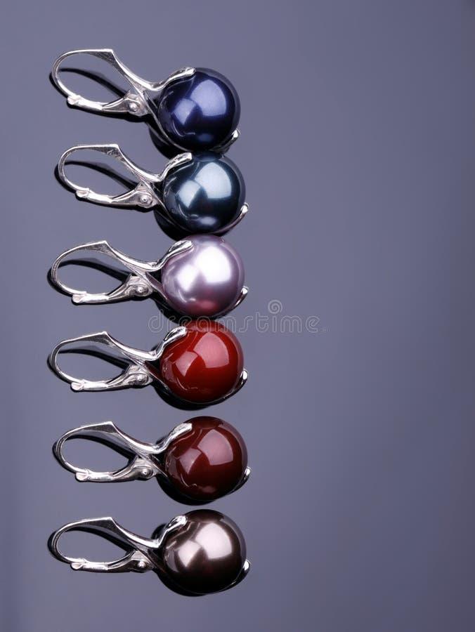 Серебряные серьги с жемчугами стоковая фотография rf