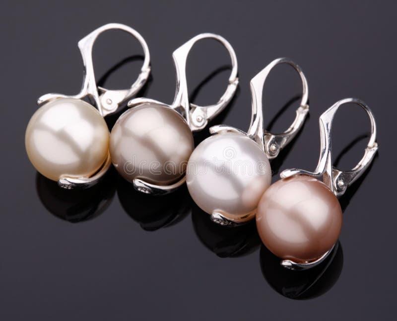 Серебряные серьги с жемчугами стоковое фото rf