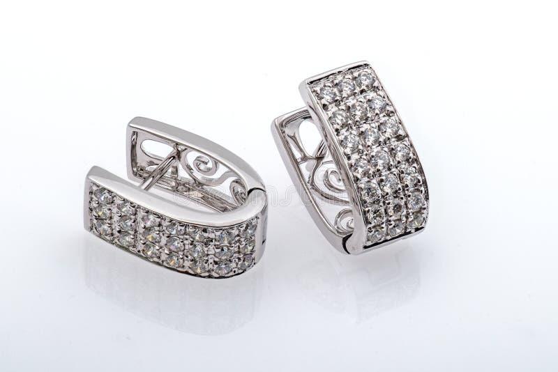 Серебряные серьги с фотографией макроса кристаллов на белом Backgro стоковая фотография