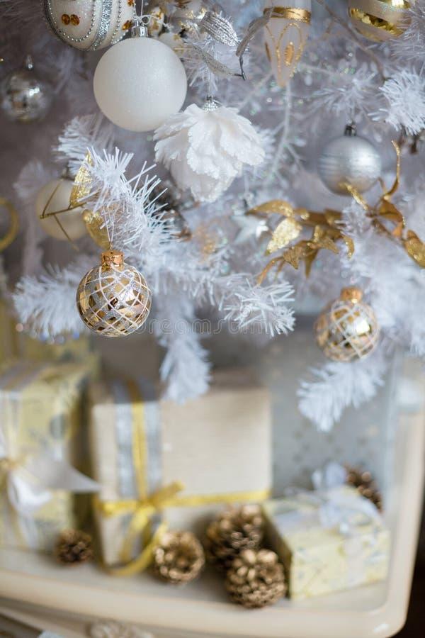 Серебряные украшения на рождественской елке стоковое изображение rf