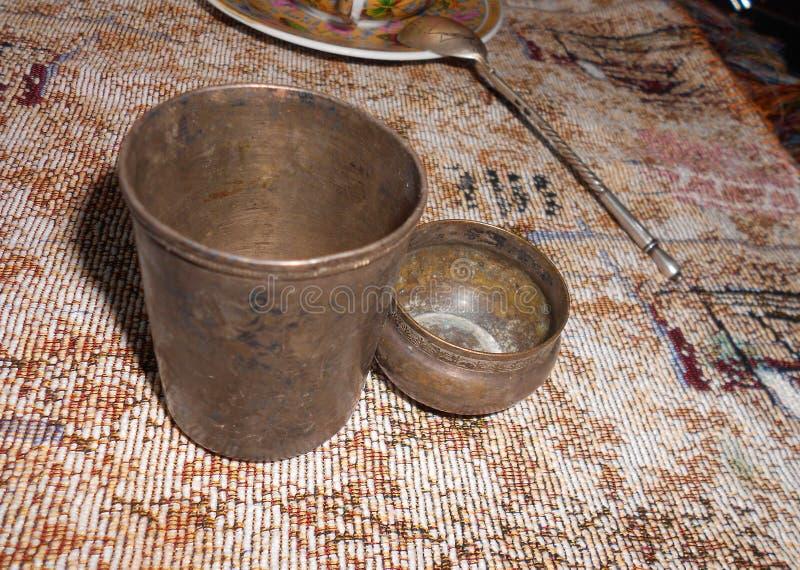 Серебряные чашки на ткани стоковое изображение