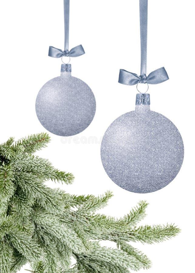 Серебряные шарики рождества с смычком на tre ленты и Нового Года зеленом стоковые фото
