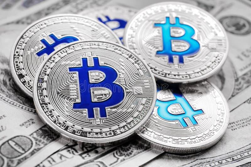 Серебряные bitcoins на банкнотах доллара, крупном плане стоковая фотография rf