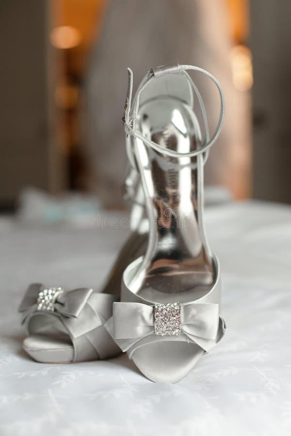 Серебряные bridal ботинки свадьбы стоковые изображения