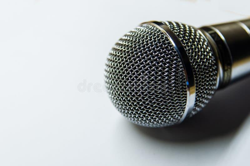 Серебряный аудио микрофон на белой предпосылке стоковое изображение rf