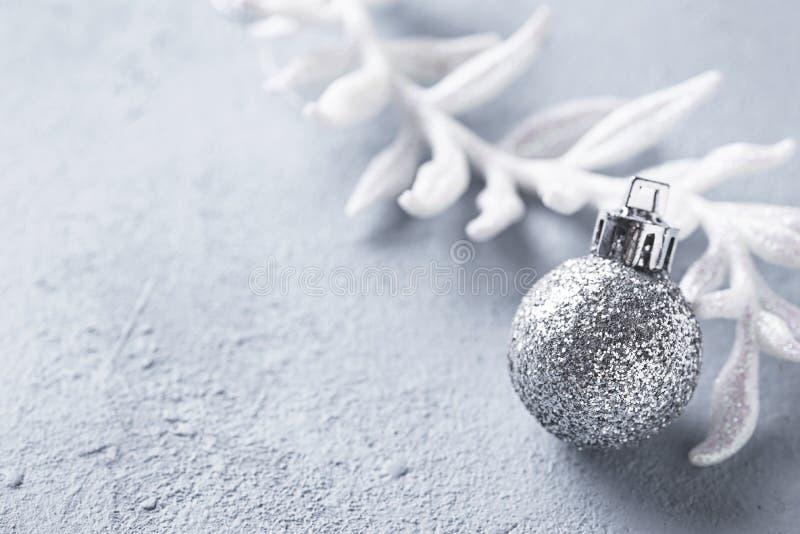 Серебряный блестящий сияющий шарик рождества стоковое фото