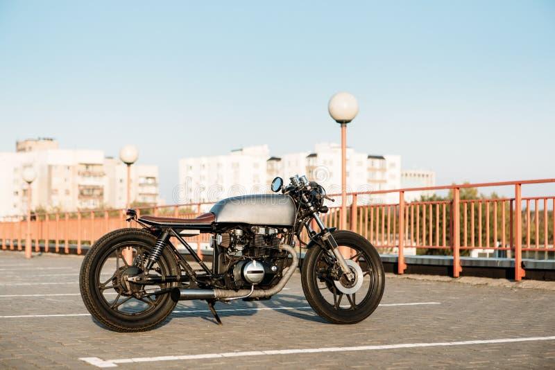 Серебряный винтажный изготовленный на заказ гонщик кафа мотоцикла стоковая фотография