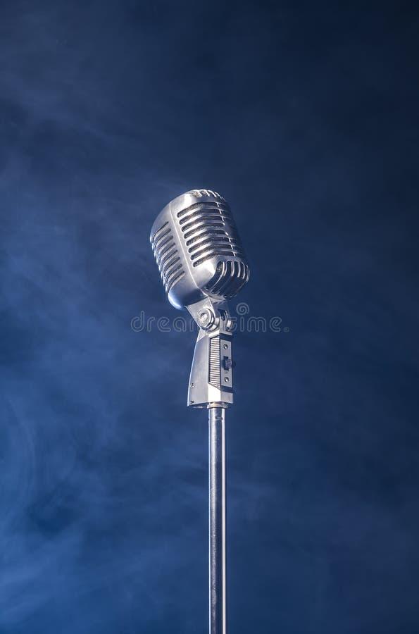 Серебряный винтажный микрофон стоковое фото rf