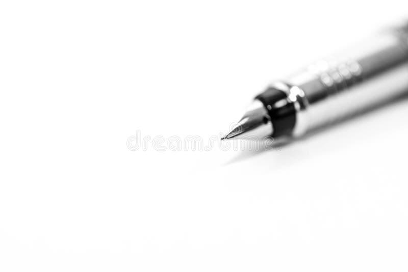 Серебряный конец ручки вверх по съемке макроса изолированной на белой предпосылке стоковые изображения