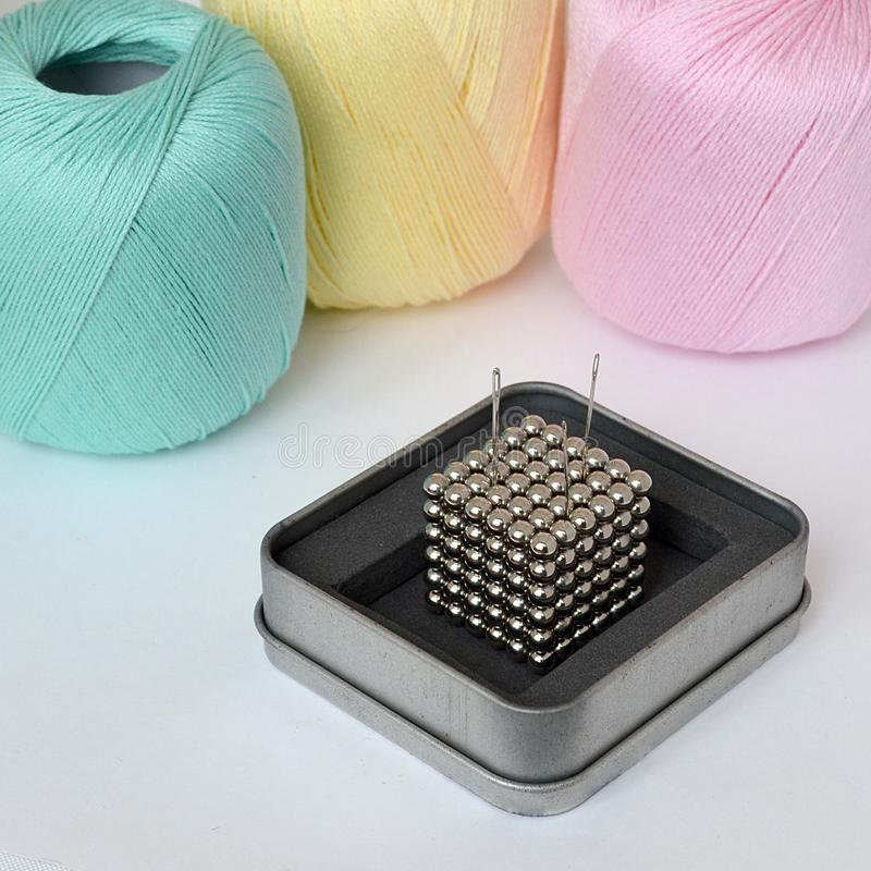 Серебряный куб магнитных шариков использован как pincushion для sewi стоковые фотографии rf