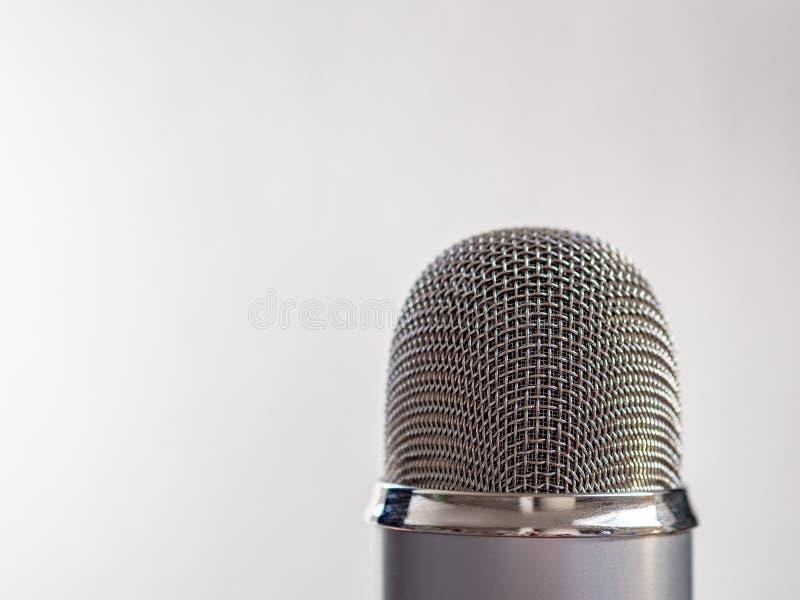 Серебряный микрофон на белой предпосылке с космосом экземпляра стоковое изображение rf