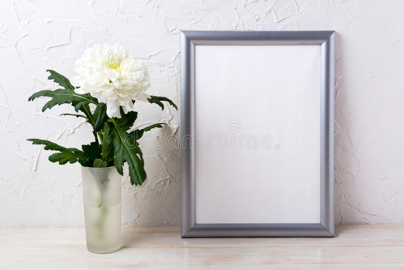 Серебряный модель-макет рамки с белой хризантемой в стеклянной вазе стоковое изображение