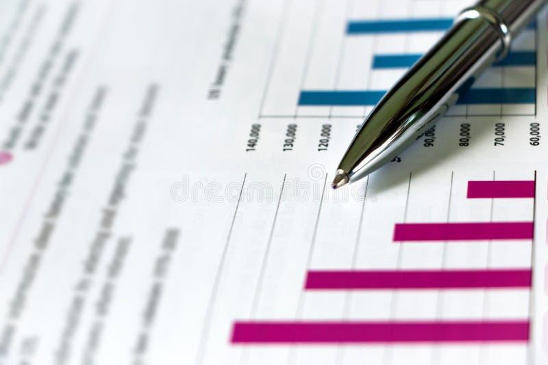 Серебряный показ ручки составляет схему на финансовом отчете стоковые фото