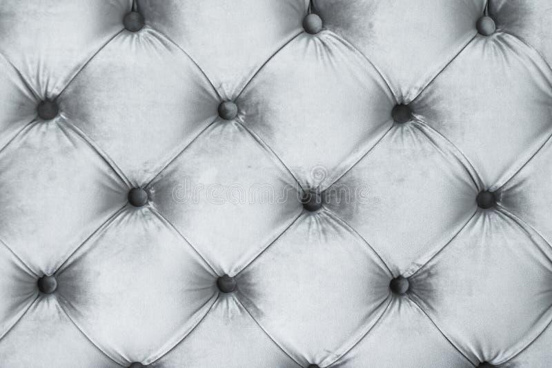 Серебряный роскошный велюр выстегал драпирование софы с кнопками, элегантной домашней текстурой оформления и предпосылкой стоковое изображение