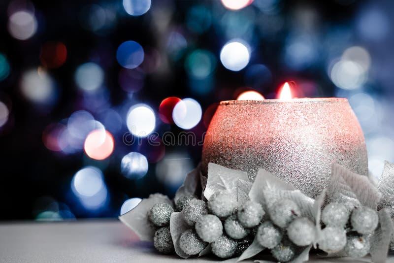 Серебряный свет свечи с Bokeh стоковая фотография