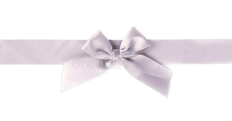 Серебряный смычок ткани диапазона нашивки сатинировки жемчуга ленты изолированный на белой предпосылке стоковые фотографии rf