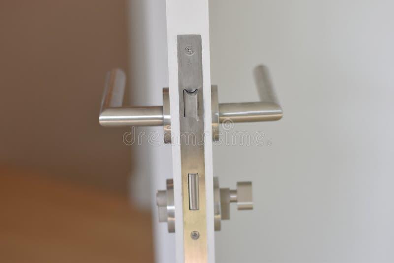 Серебряный цвет ручки двери стоковое фото rf