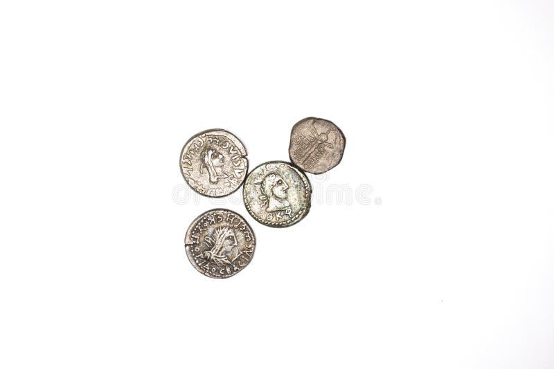 4 серебряных античных монетки на белой предпосылке стоковое изображение rf
