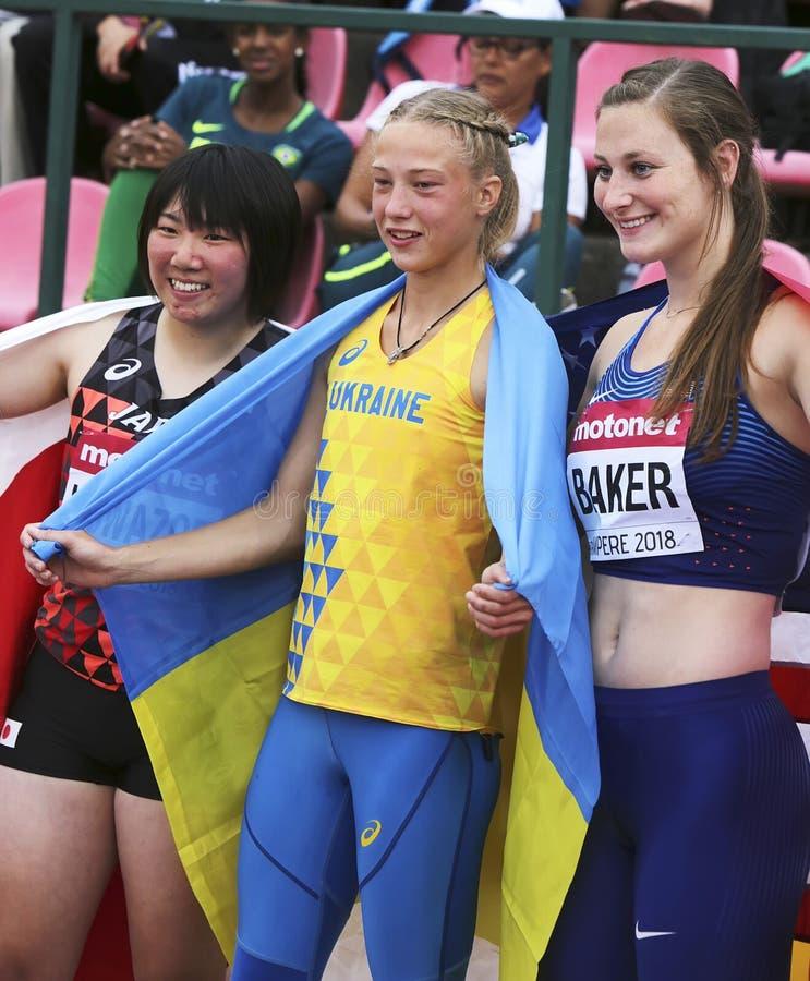 Серебр выигрыша TOMOKA KUWAZOE ЯПОНИИ, золото выигрыша Alina Shukh Украины, бронзовая медаль выигрыша США ХЛЕБОПЕКА ДАНА в выпуск стоковое фото