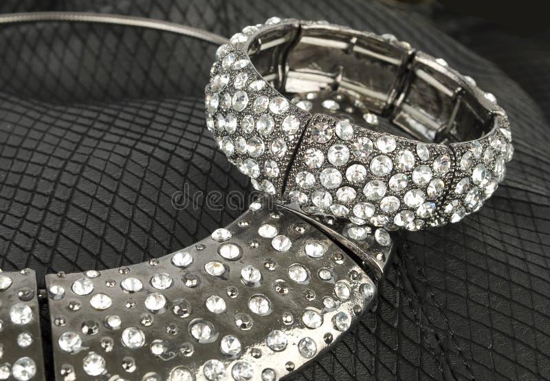 серебр комплекта ювелирных изделий самомоднейший стоковая фотография rf
