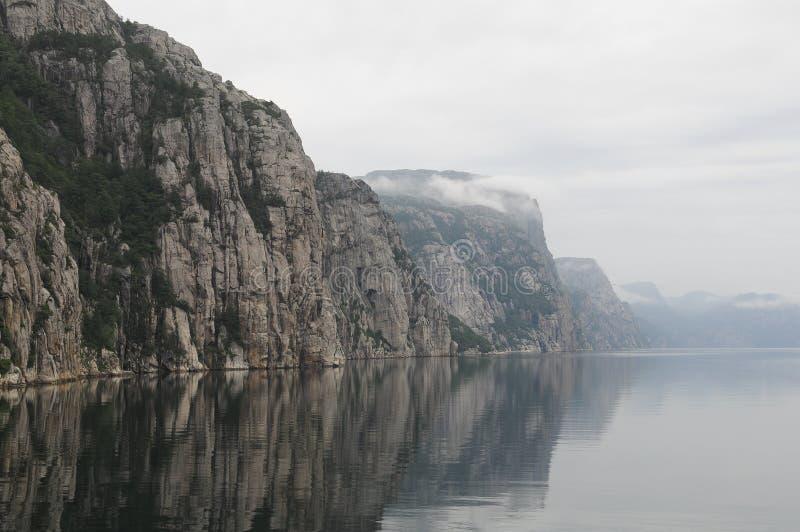 середина lysefjord стоковые фотографии rf