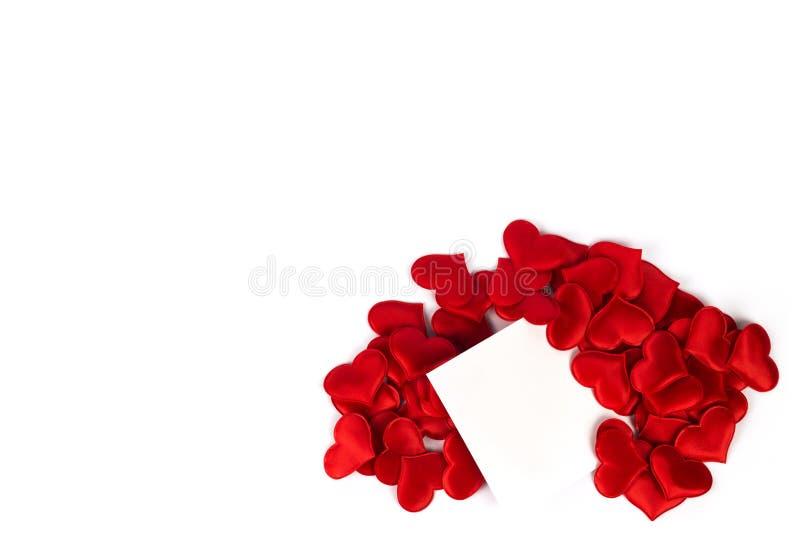 Середина бумаги примечания красных сердец в белой предпосылке стоковые фотографии rf