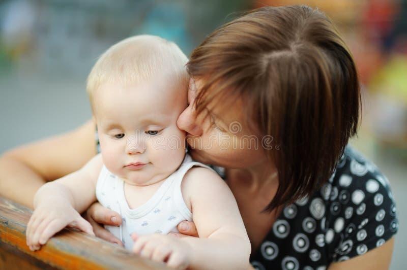 Середина постарела женщина и ее прелестный маленький внук стоковые изображения