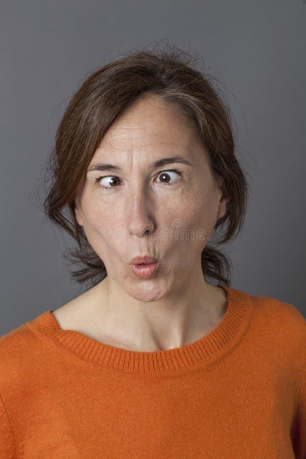 Середина постарела женщина с косоглазой смешной стороной для юмора стоковые изображения