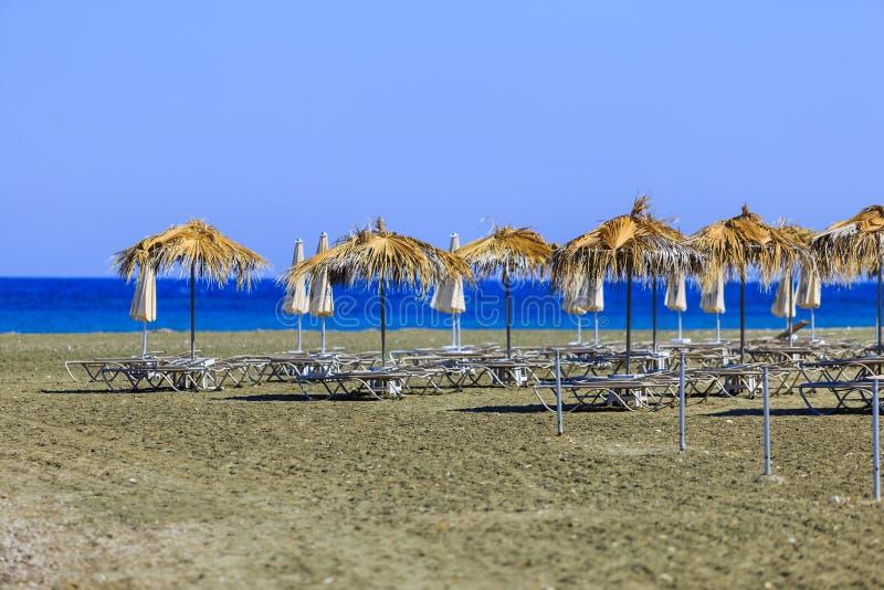 Серии зонтиков предохранения от солнца на пляже близко к Pervolia стоковое изображение