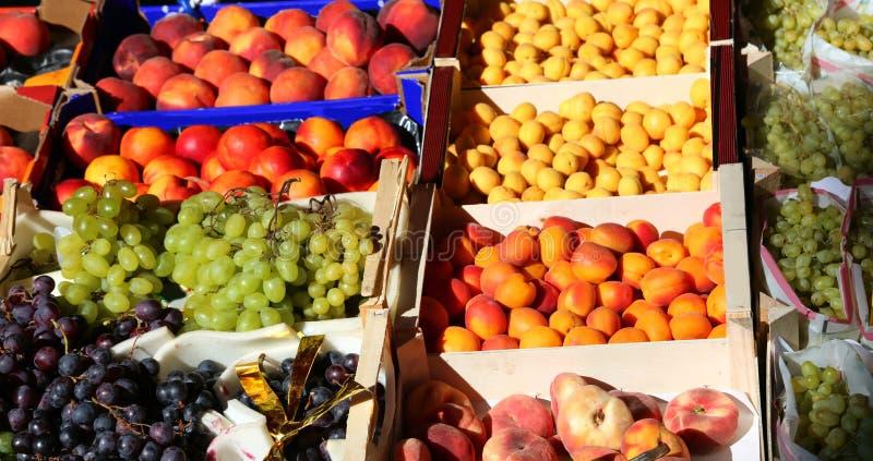 Серии коробок плодоовощ для продажи в рынке фрукта и овоща стоковая фотография