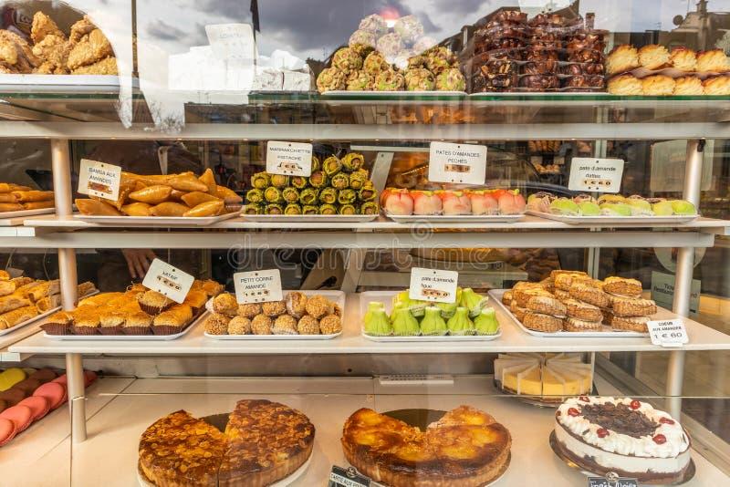 Серии красочных и с богатым вкусом десертов в магазине patisserie стоковые фото