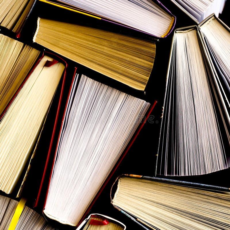 Серии красочных толстых открытых книг стоят на темной предпосылке стоковая фотография rf