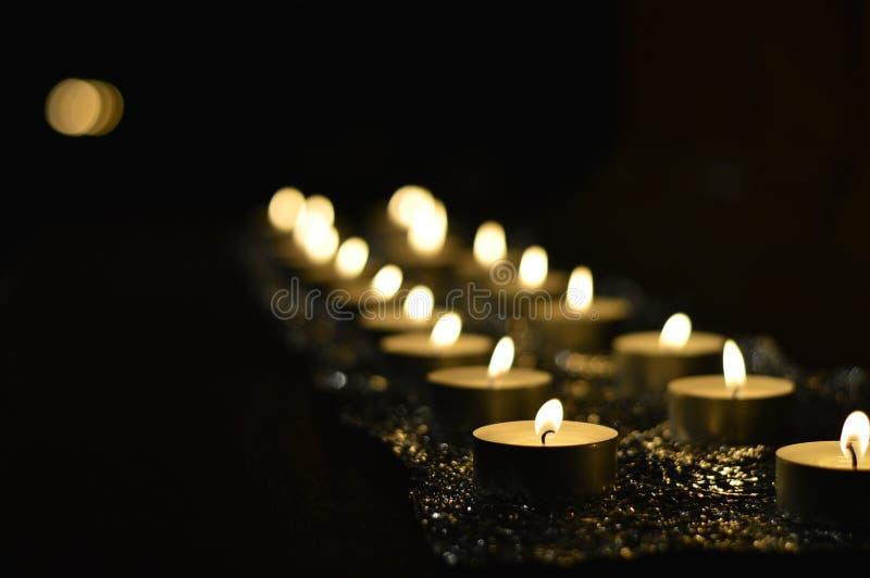 Серии свечей на алтаре во время торжества молитве стоковое изображение rf