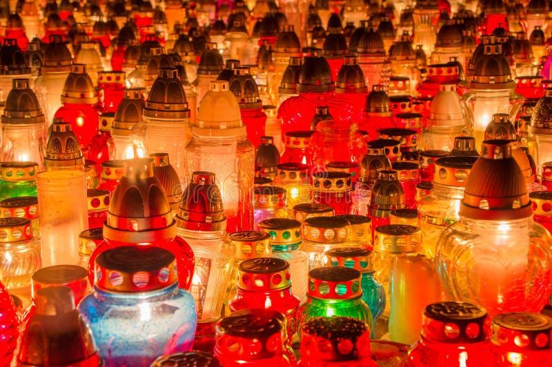 Серии свечей погоста как предпосылка стоковое фото rf