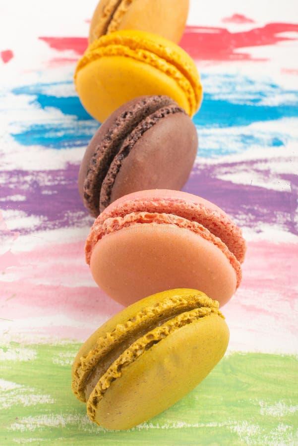 Серии macarons покрасили на предпосылке акварели цвета яркой Концепция искусства кондитерскаи Очень вкусные megaltic французские  стоковые изображения