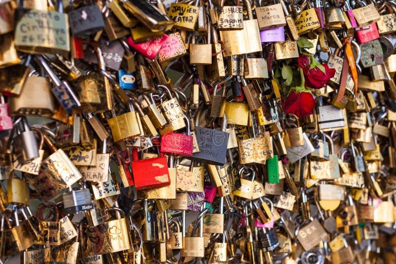 Серии Padlocks на мосте над Сеной, Парижем Францией, символизирующ влюбленность и доверие стоковое изображение rf