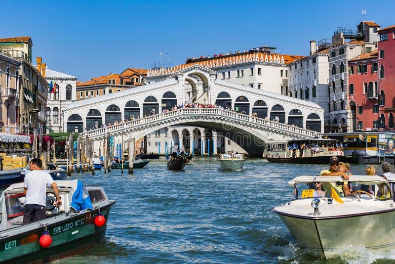 Серия изображений идя вдоль каналов Венеции, против фона архитектурноакустического ландшафта города стоковые фото