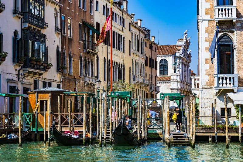 Серия изображений идя вдоль каналов Венеции, против фона архитектурноакустического ландшафта города стоковые изображения