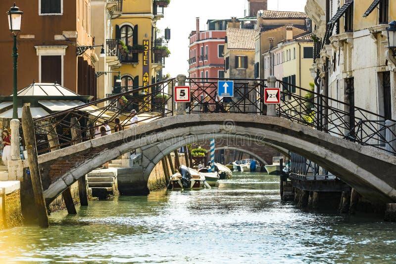 Серия изображений идя вдоль каналов Венеции, против фона архитектурноакустического ландшафта города стоковое изображение rf