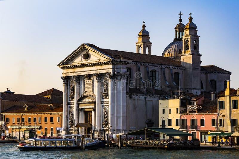 Серия изображений идя вдоль каналов Венеции, против фона архитектурноакустического ландшафта города стоковые фотографии rf