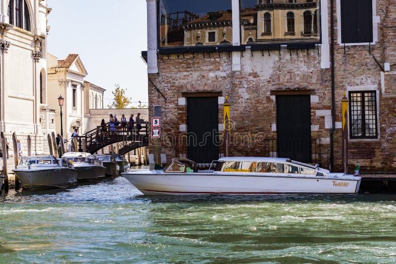 Серия изображений идя вдоль каналов Венеции, против фона архитектурноакустического ландшафта города стоковая фотография