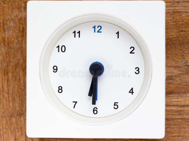 Серия последовательности времени на простых белых сетноых-аналогов часах стоковое изображение rf