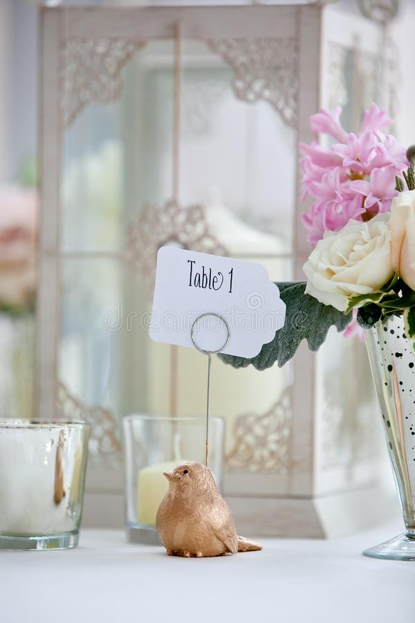 Серия украшения таблицы свадьбы - букет пинка и белых цветков и птица держа знак таблицы 1 стоковая фотография