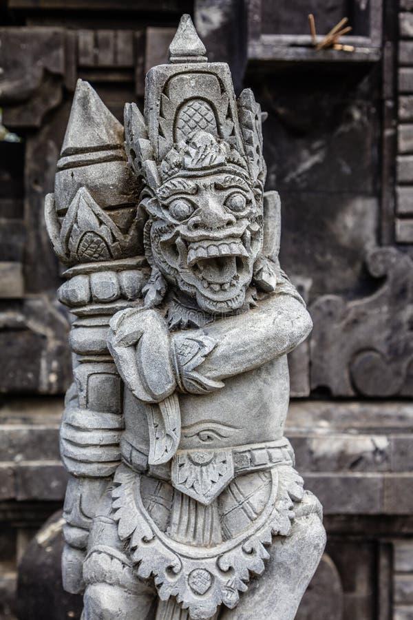 Серия Pura Tanah виска статуи на море, остров Бали, Индонезия стоковые изображения