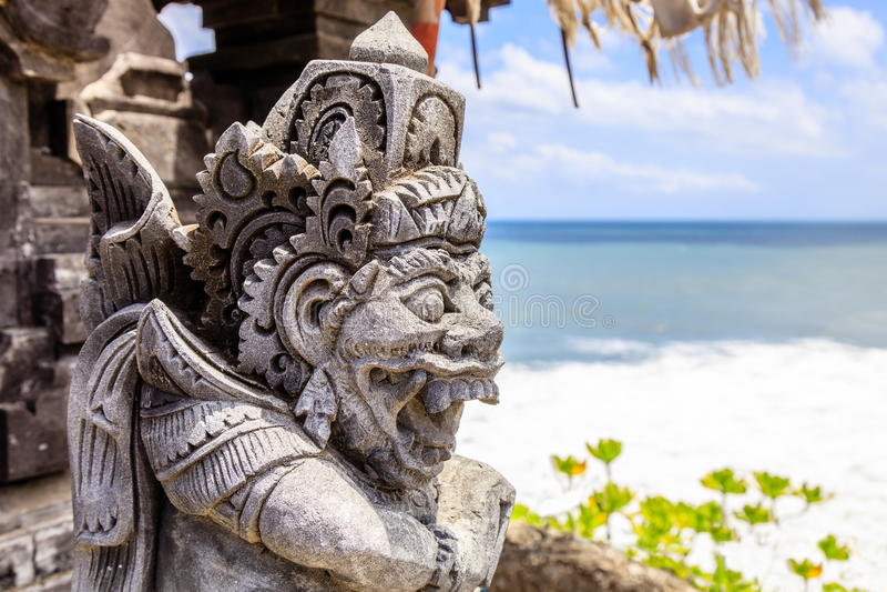 Серия Pura Tanah виска статуи на море, остров Бали, Индонезия стоковые фотографии rf