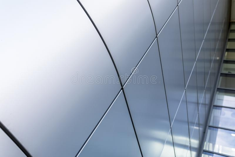 Серое или серебряное плакирование дает ультра современное и современное архитектурноакустическое чувство к зданию стоковая фотография rf