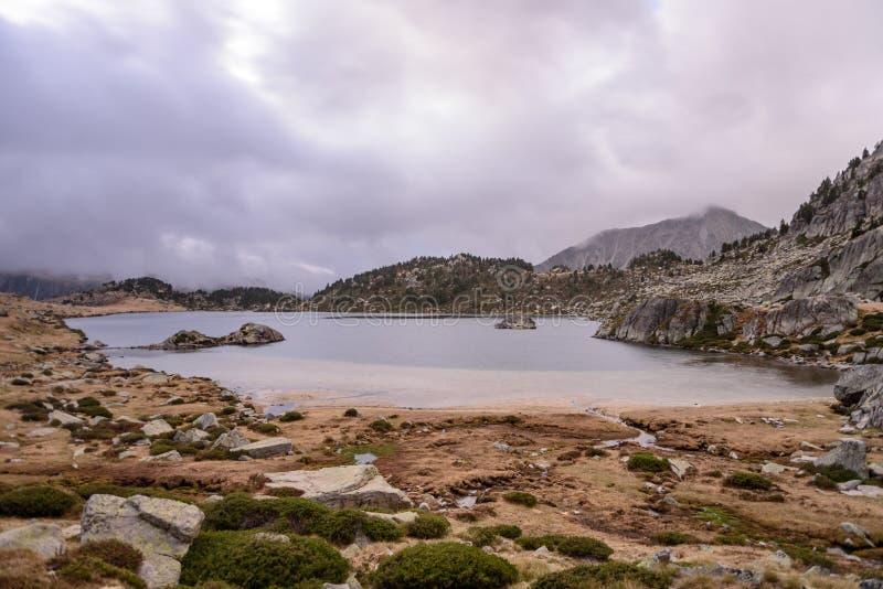 Серое утро пасмурной весны в озере Montmalus, располагается, Андорра стоковые фотографии rf