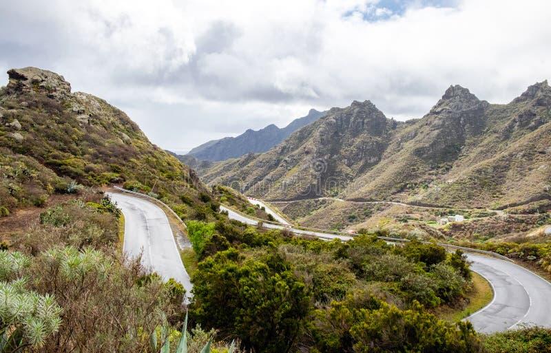 Серпентин горы Дорога гориста Путь от долины Anaga к Santa Cruz de Тенерифе Сногсшибательное взгляд сверху Anaga, стоковая фотография