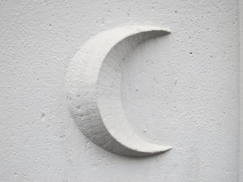Серповидная луна на белой каменной стене стоковое изображение rf