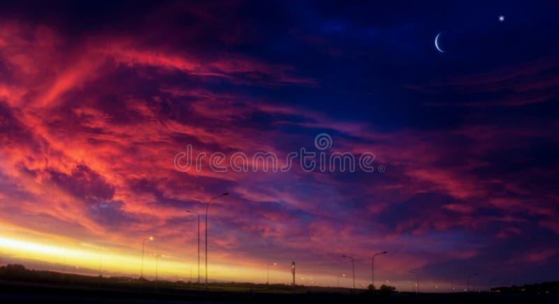 Серповидная луна с красивой предпосылкой захода солнца стоковое фото